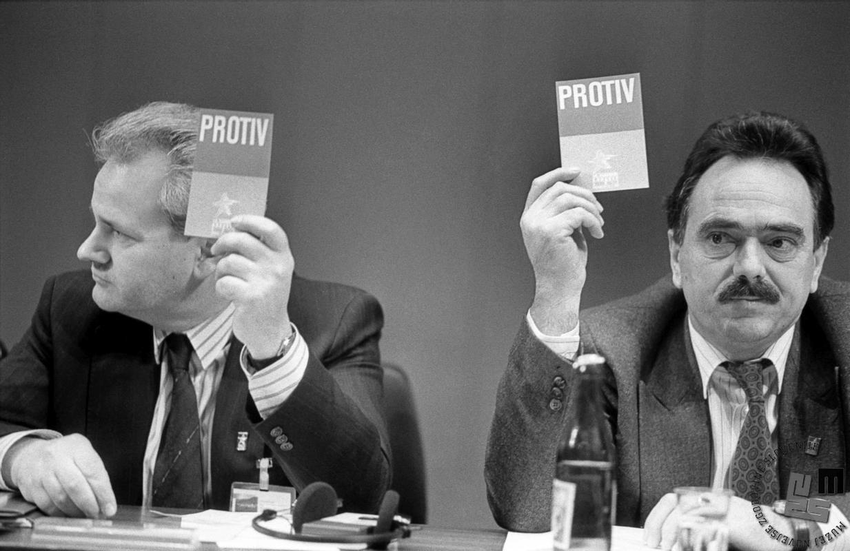 V Jugoslaviji je bila politična situacija še nekoliko bolj kompleksna, saj je poleg bremena politične diktature, ljudi vse bolj težilo sobivanje v federaciji, ki jo je sestavljalo šest različnih federativnih enot ali republik.