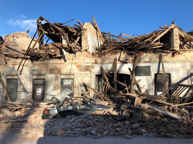 Potres v Petrinji je terjal sedem smrtnih žrtev. Glede na delež potresno nevarnih stavb, bi bilo najverjetneje ob potresu v Ljubljani ali drugem večjem mestu stotine žrtev.