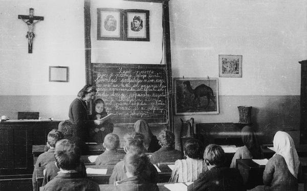 Pred 100 leti pismenost ni bila samoumevna, večino ljudi ni znalo brati in pisati.