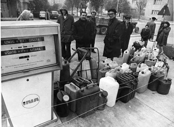 V Totovem času je bil bencin dostopen glede na številko na tablici, seveda, če se  ga je sploh dalo dobiti.