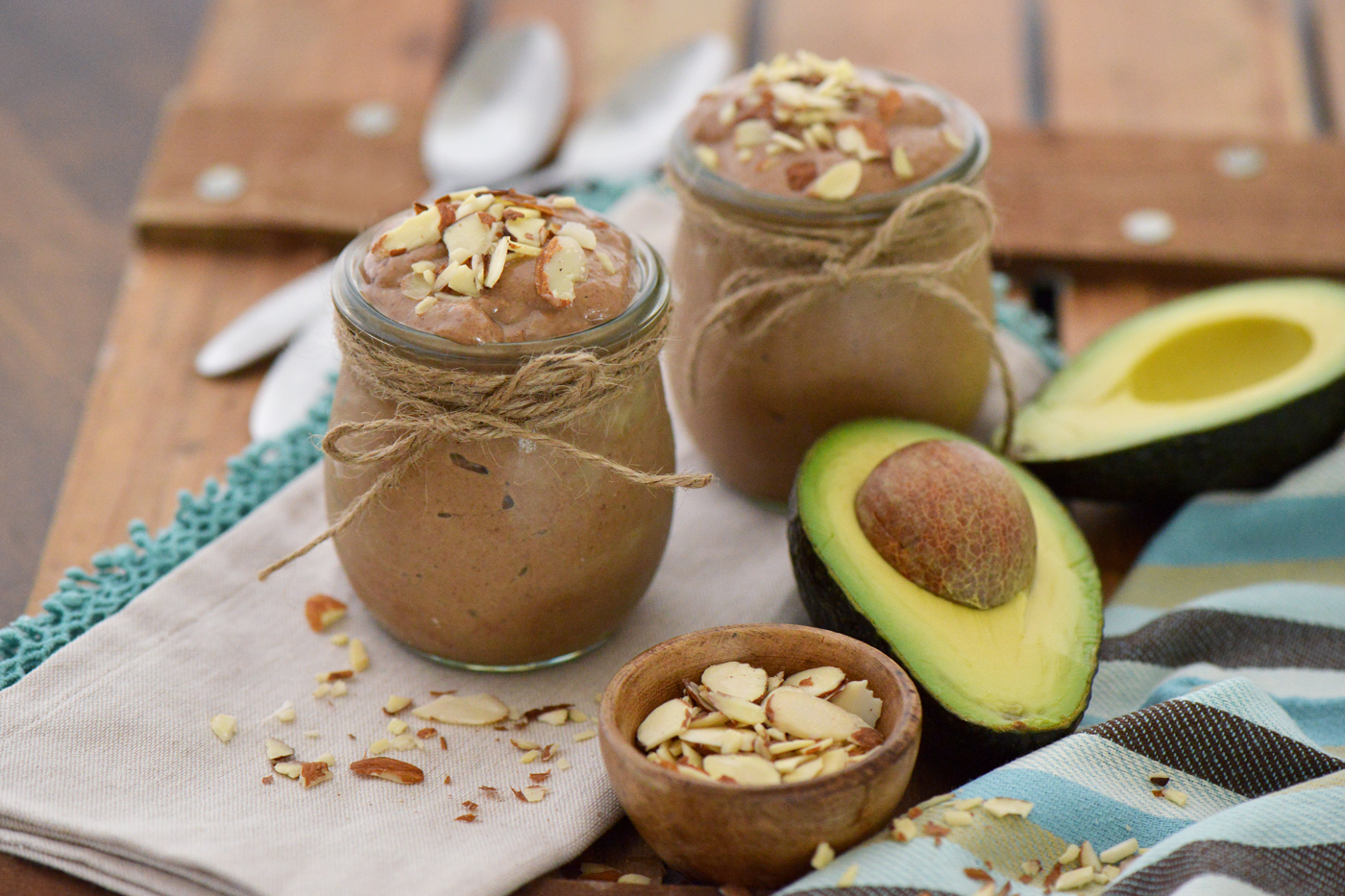 Čokoladni avokadov smuti z malinami.