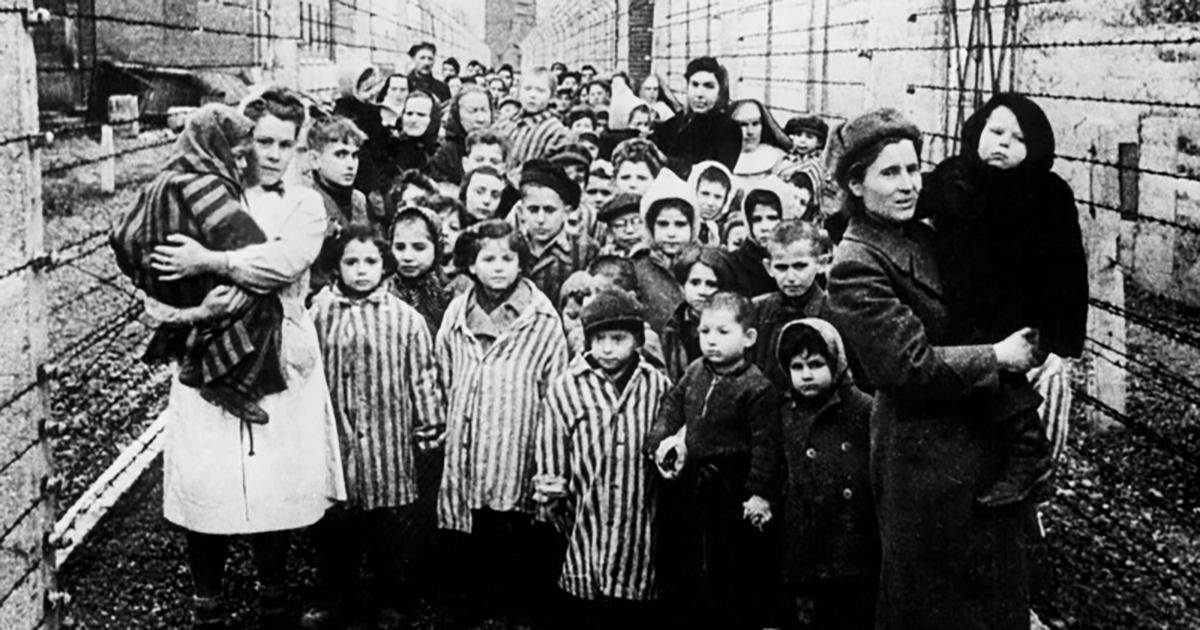Ob prihodu sovjetske Rdeče armade je bilo v taborišču 7000 še živih zapornikov. Med njimi so bili tudi otroci. Fotografija prikazuje otroke, osvobojene iz koncentracijskega taborišča Auschwitz, 27. januarja 1945.