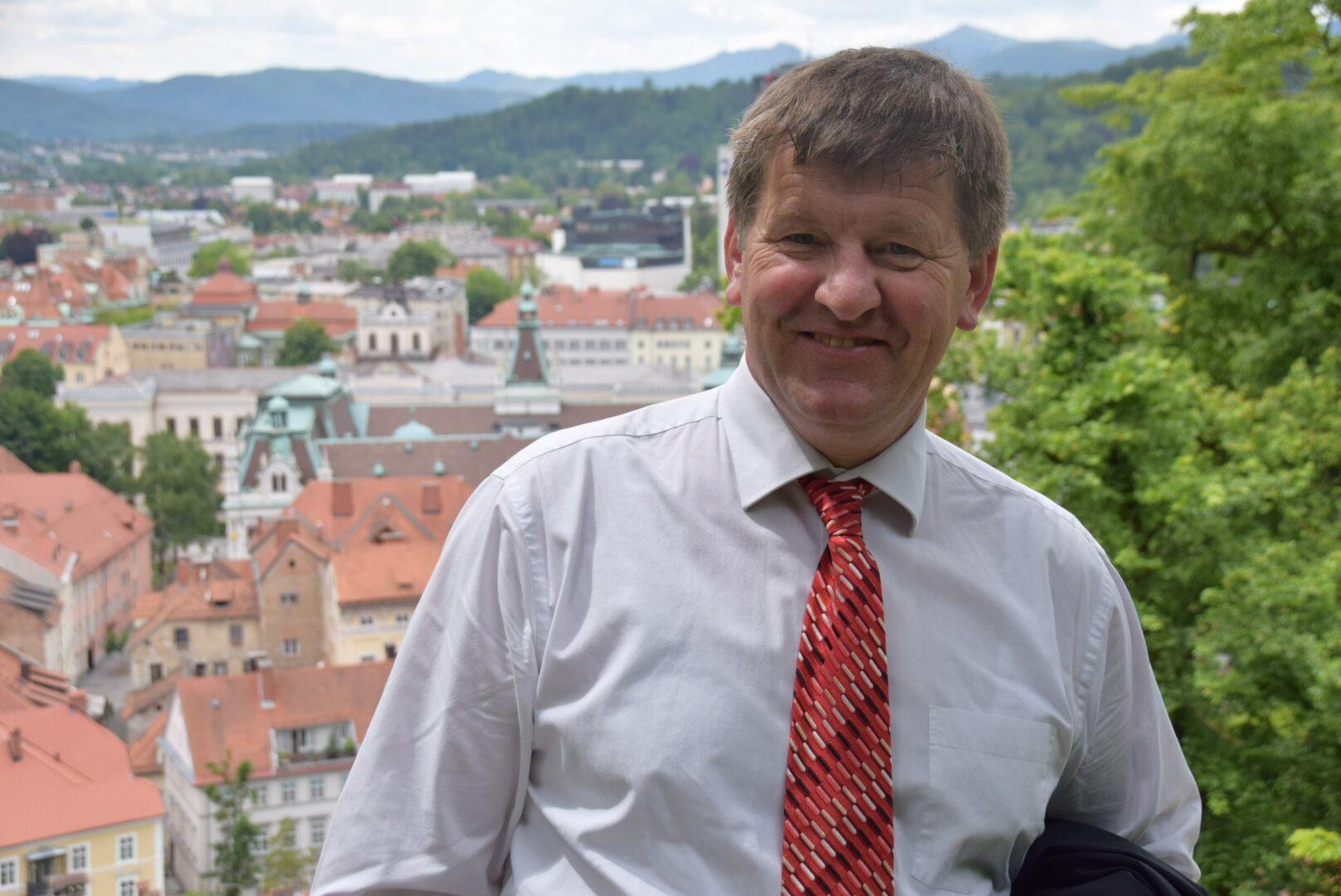 Pobudnik projekta Pametne vasi pri nas, evropski poslanec Franc Bogovič (SLS/EPP), je ob novici o JR PMIS dejal, da so na ta razpis slovenske občine čakale že dolgo časa.