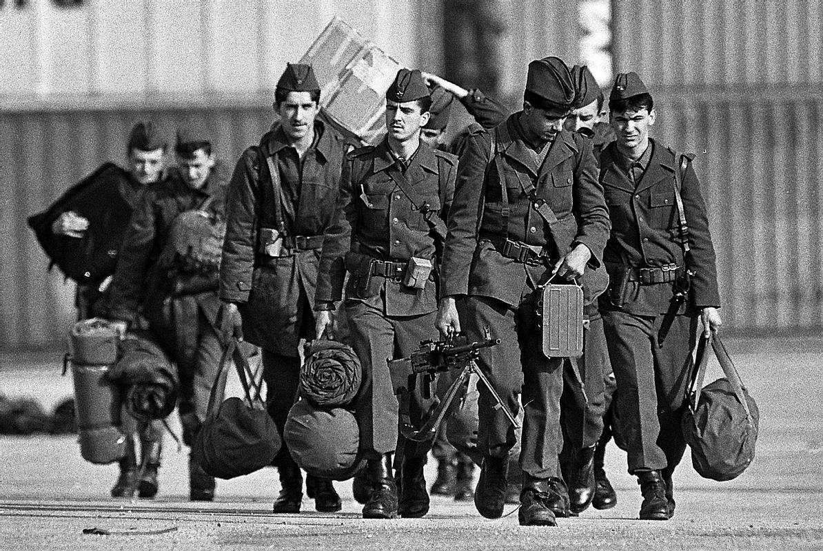 Poleg zapletenih odnosov med Slovenijo in JLA je skrb povzročalo tudi služenje slovenskih fantov v vojašnicah širom Jugoslavije.