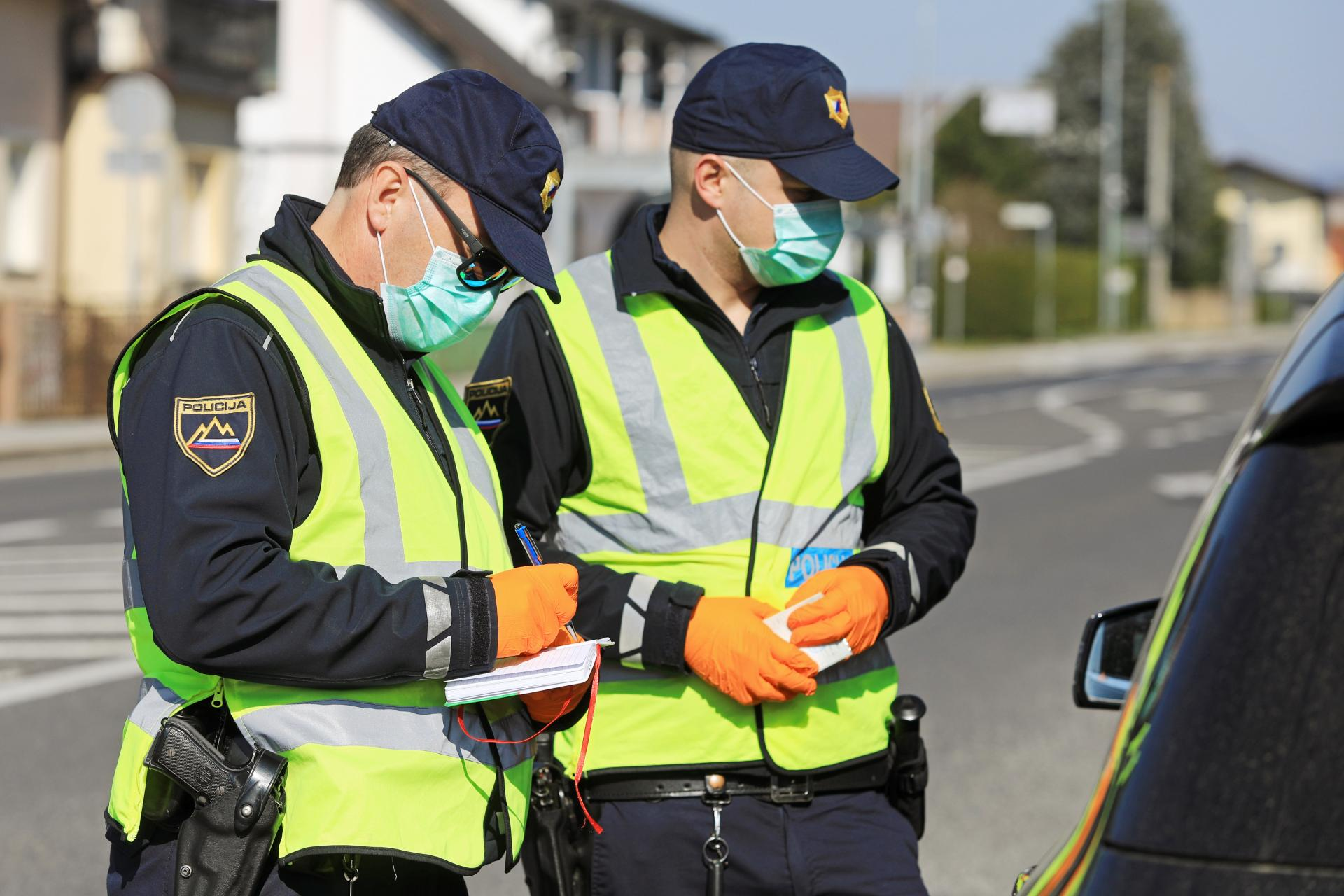 Slovenska policija: maske so še zmeraj obvezne