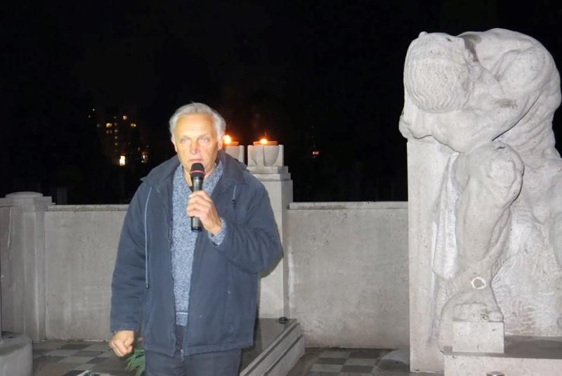 """»Če bi se že moral označiti, bi se z pojmom """"krekovec"""",« pravi Andrej Magajna. Na fotografiji med nagovorom ob stoletnici smrti dr. Janeza Evangelista Kreka ob njegovem grobu."""
