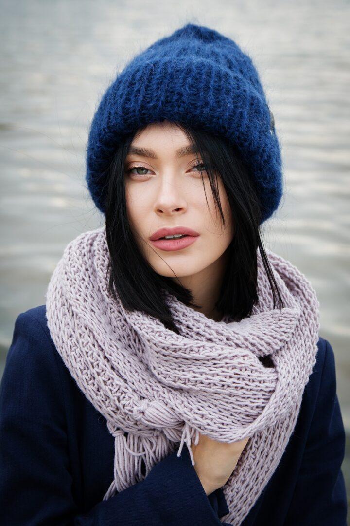 Modni trendi 2021 narekujejo modre modne dodatke.