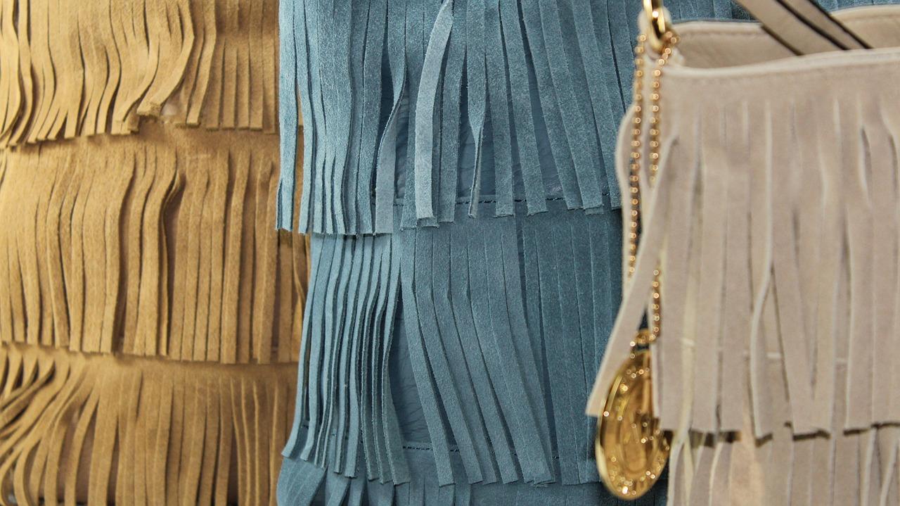 Modni trendi 2021 priporočajo torbice z resicami.