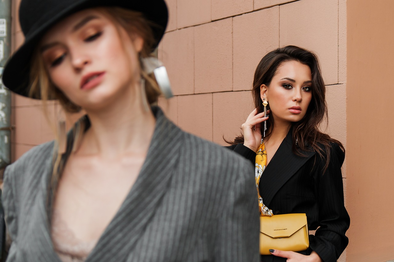 Modni trendi 2021 vključujejo rumene torbice.