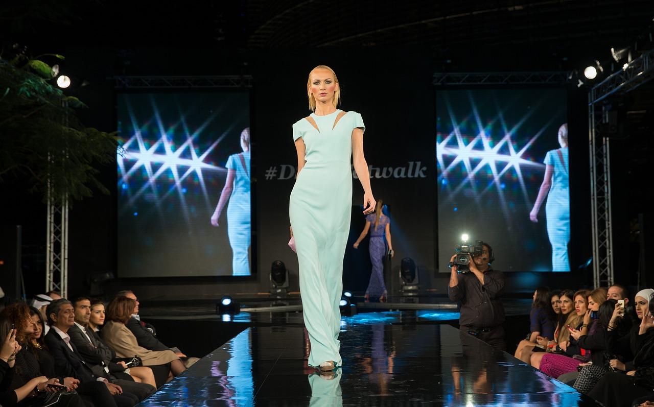 Modni trendi 2021: Deset idej, ki vam bodo popestrile izgled
