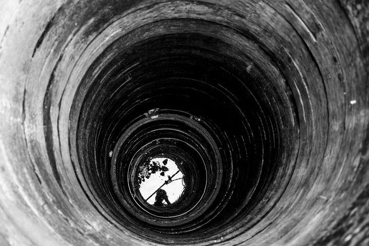 Če v jezi skočiš v vodnjak, se iz njega težko izkoplješ.