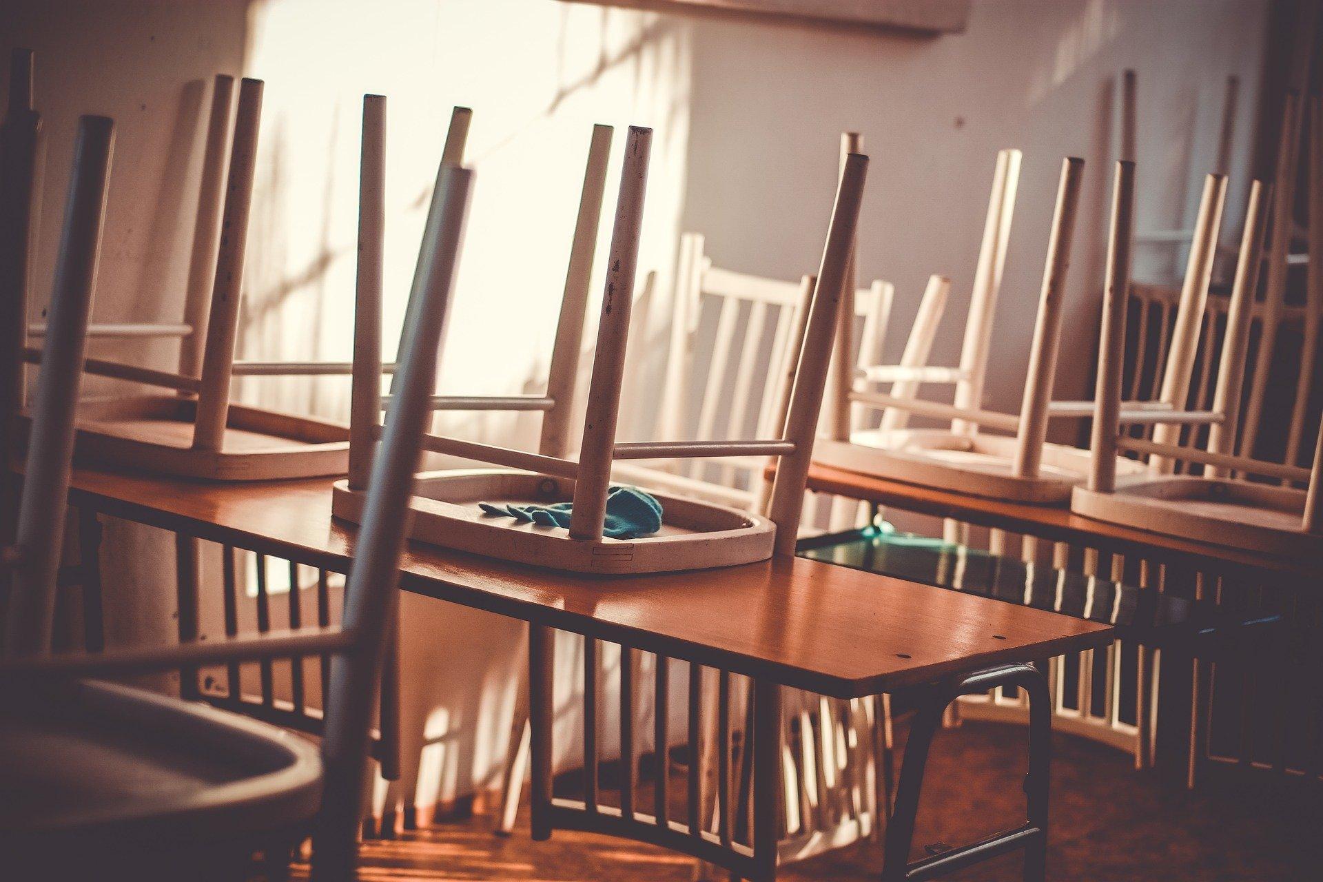Povezava med odpiranjem šol in širjenjem covida-19