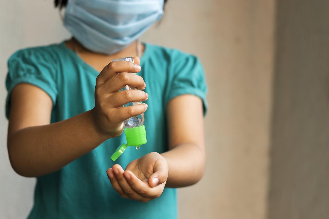 Okužbe pri otrocih potekajo večinoma blago in brez resnih posledic. Prav zato igrajo otroci pomembno vlogo kot prenašalci okužbe na druge.
