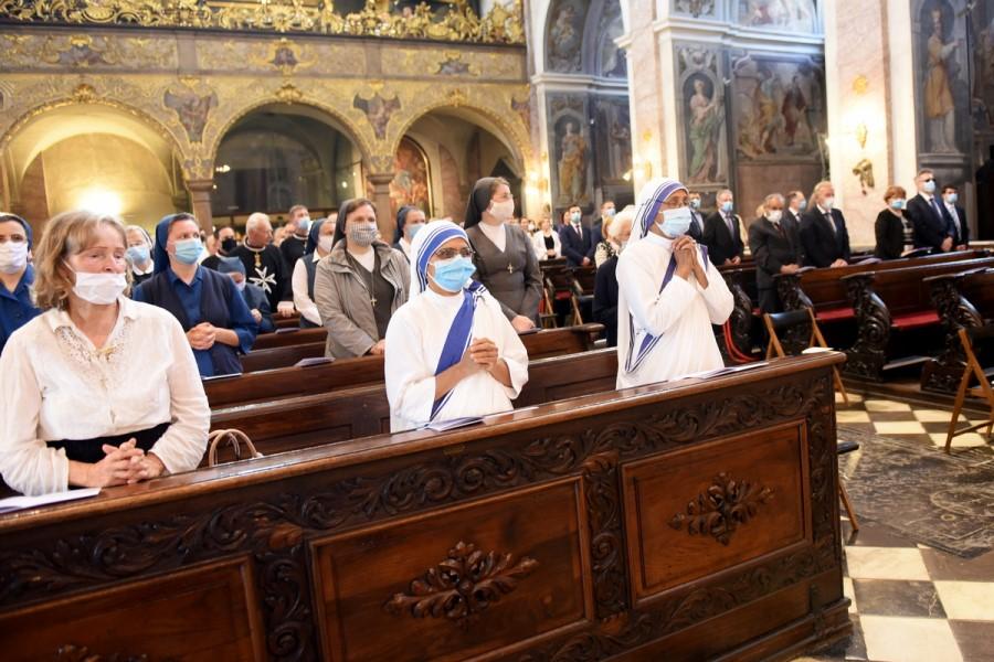 Ko je Slovenska škofovska konferenca (SŠK) lansko leto 25. marca objavila navodila ob prepovedi bogoslužja za čas velike noči, smo na ta dan imeli 50 na novo okuženih s covidom-19, hospitaliziranih je bilo 72, od tega jih je bilo 14 na intenzivni negi, umrl pa je en človek.
