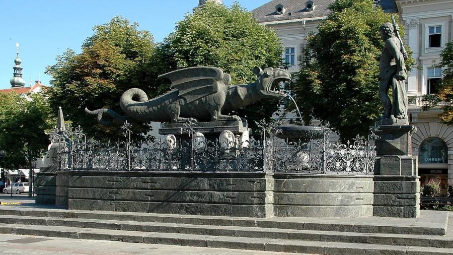 Na Novem trgu v Celovcu stoji kip kamnitega krilatega zmaja, star več kot 400 let, ki je simbol boja koroških junakov proti krilati zveri.