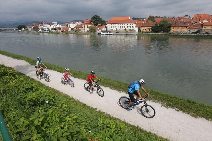 Etapa 3 Dravske kolesarske poti Drava Bike se nahaja med Mariborom in Ptujem. Na poti ni večjih vzponov, zato je primerna tudi za otroke in tiste z manj kondicije. Vir slike: Maribor-pohorje.si.