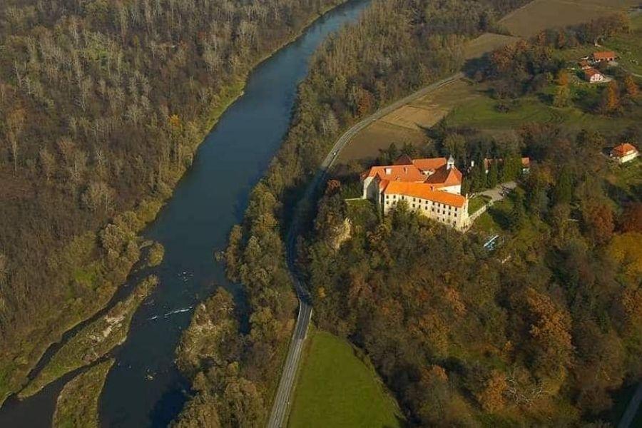 Grad Borl (Ankenstein) se nahaja na strmi skalni vzpetini nad reko Dravo v Halozah. Vir slike: prlekija-on.net.