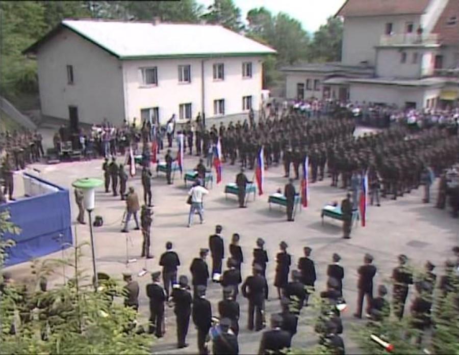 Vlada je pripravljala predlog za spremembo ustavnega zakona s katerim bi ustavili pošiljanje slovenskih nabornikov v JLA. Prva generacija vojakov TO je prisegla 2. junija 1990.