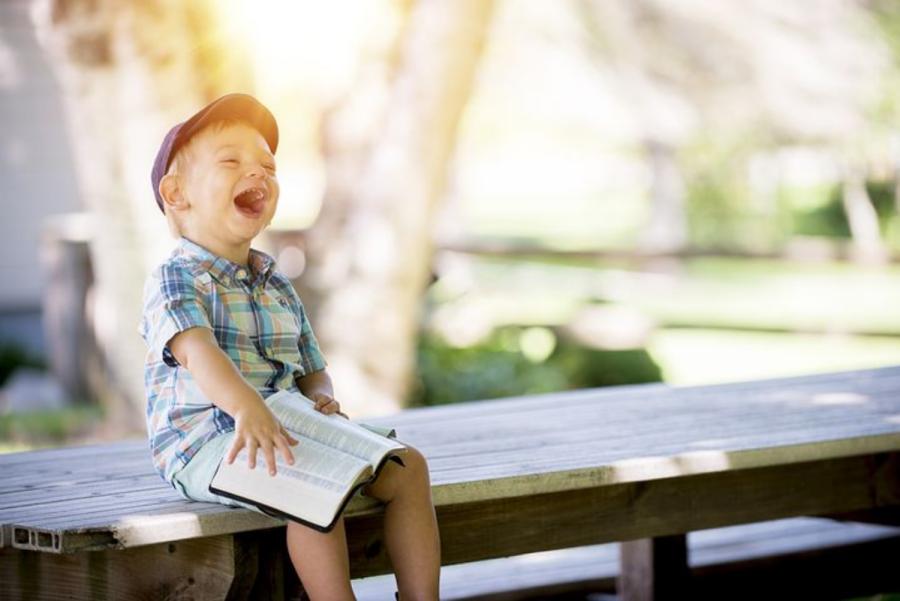 Ob knjigah se otrok marsikdaj nasmeji in sprosti.