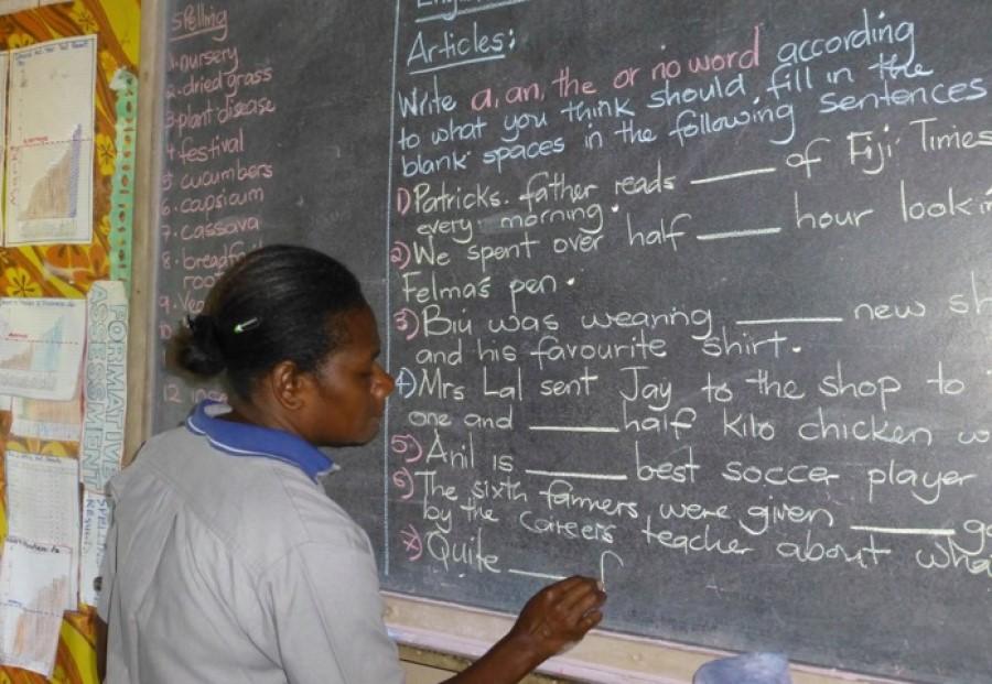 Šolanje na Vanuatuju ni brezplačno, zato si družine ne morejo privoščiti, da bi šolale vse otroke, ki bi si to želeli in so nadarjeni.