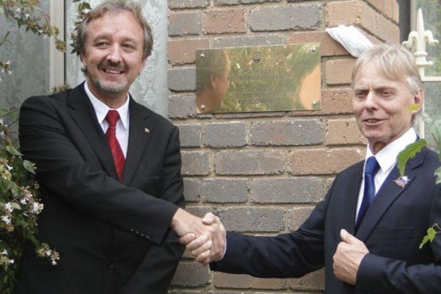 Leta 2014 se je v  drugem najštevilčnejšem avstralskem mestu Melbournu odprl slovenski konzulat. Na odprtju je dr. Balažic sodeloval kot veleposlanik RS v Canberri. Kmalu za tem je sledila afera Oman. Vir slike: Ognjisce.si.