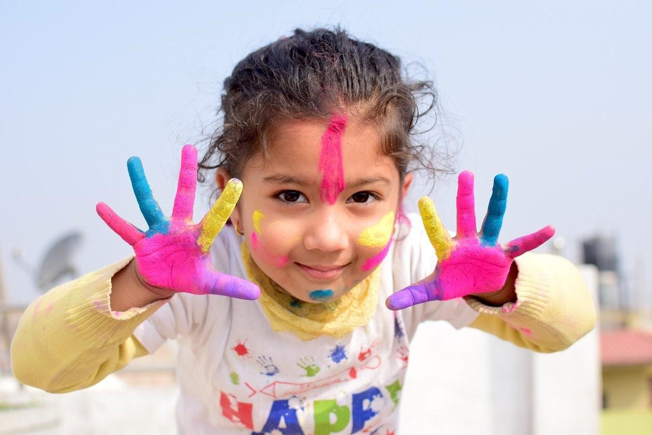 Otrok daje ogromno veselja, zabavnih trenutkov, novih spoznanj in dogodivščin. Ja, včasih je težko, a pod črto, otroci so včasih razlog, da se še borimo, vztrajamo in ustvarjamo.