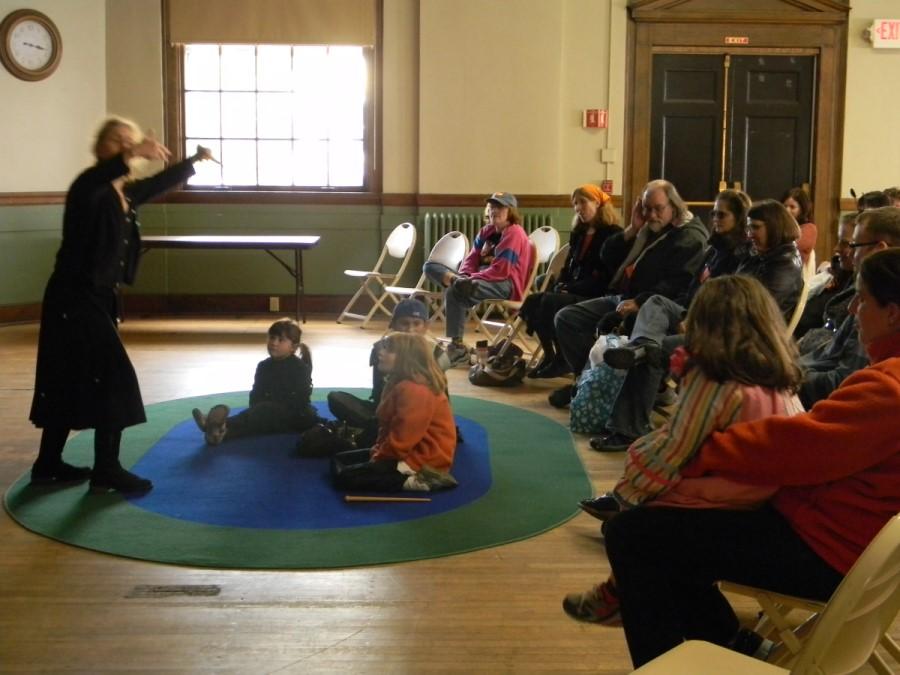 Ob pripovedovanju v živo pripovedovalec s svojim pripovedovalskim nastopom prevzame tako otroke kot odrasle.