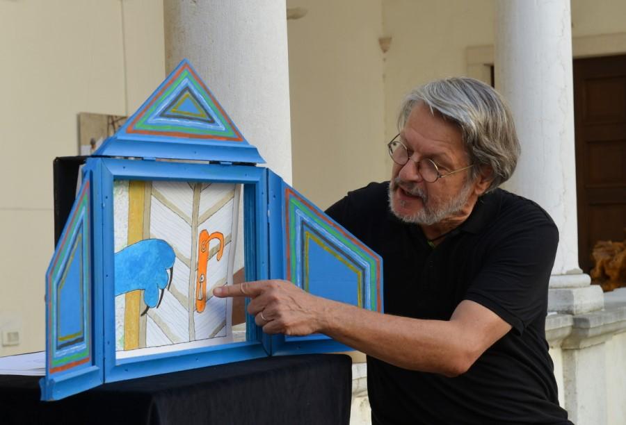 Zelo priljubljeno je pripovedovanje pravljic ob kamišibaju ali slikovedki – na sliki je znani lutkar Igor Cvetko.