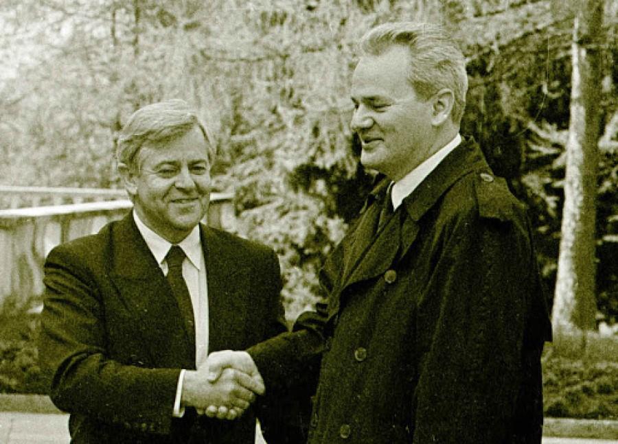 Slovenski narod se je na plebiscitu soglasno odločil za slovensko državo, zato je bil to prisiljen upoštevati tudi del politike, ki mu samostojnost Slovenije ni bila najintimnejša opcija.
