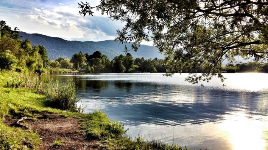 Rudniško oziroma Kočevsko jezero je nastalo na opuščenem dnevnem kopu kočevskega rudnika.