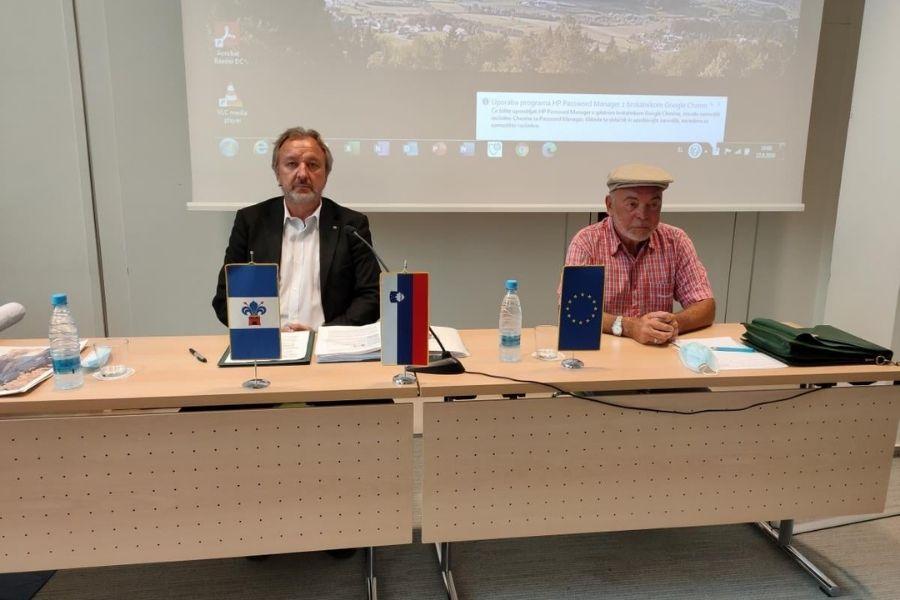 Novinarska konferenca o »okoljskem kriminalu, ki ga izvaja podjetje Termit v Moravčah« z ekologom Antonom Komatom, september, 2020. Vir slike: FB stran Milana Balažica.