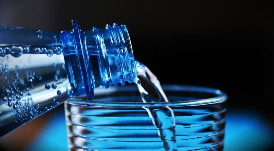 Ne kupujmo ustekleničene vode, ampak si raje omislimo steklenico za vodo in jo sproti polnimo iz pipe.
