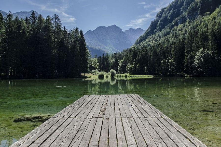 Idilično Planšarsko jezero na Jezerskem. Vir slike: Wikimedia.