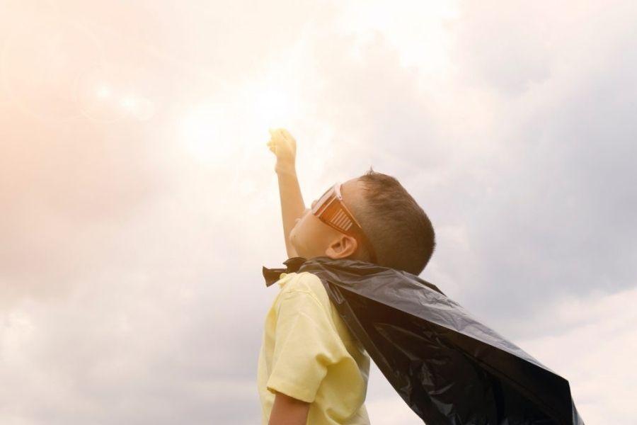 Zmogli ste! Pomembno je, da otroke na cilju nagradite. Če vam bodo oprostili majhno laž o dolžini poti, vam zagotovo ne bodo, če ste jim nekaj obljubili za ob koncu poti, pa tega ne boste storili. Vir slike: Leapintoliteracy.