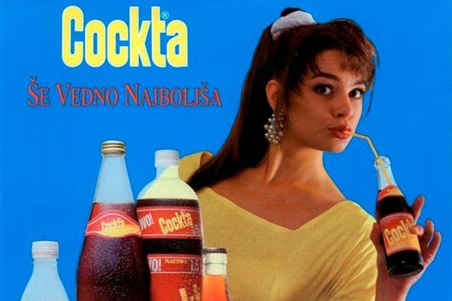 Cockta z udarnim sloganom »Pijača naše in vaše mladosti«, ki se je prvič predstavila na skokih v Planici leta 1953. Vir slike: Etno-muzej.