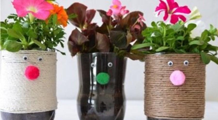 Plastenke, ki bi jih sicer vrgli vstran, napolnite z zemljo iz narave in vanje posadite zelišča.