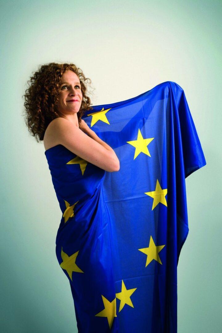 In 't Veldova vztraja pri svojem in odločno zavrača Janševe očitke o cenzuri ter poudarja, da so vrata EP za vse odprta.