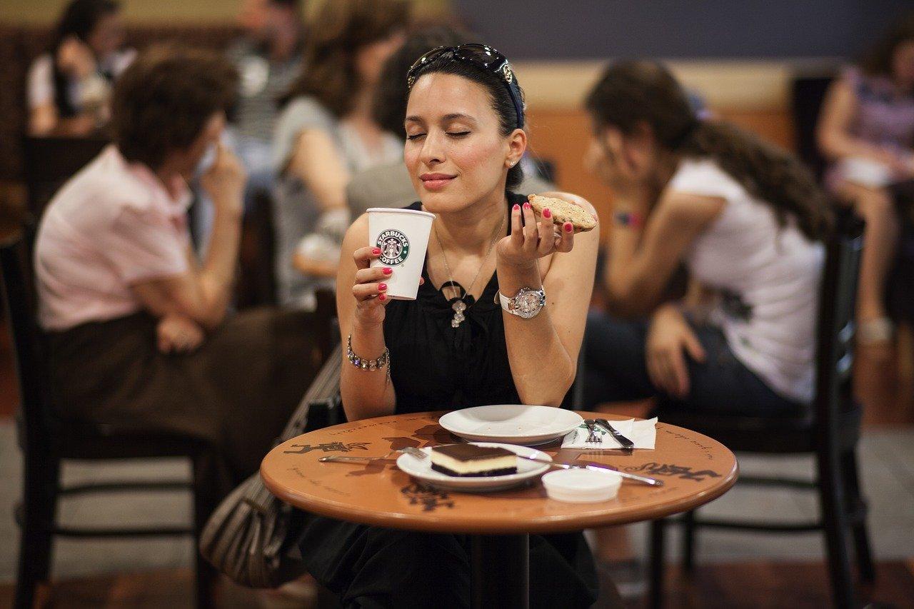 Starbucks je s skoraj 33.000 poslovalnicami daleč največja veriga kavarn na svetu, a vse se je začelo z eno samo trgovino. Vir slike: Pixabay. Foto: Engin Akyurt.