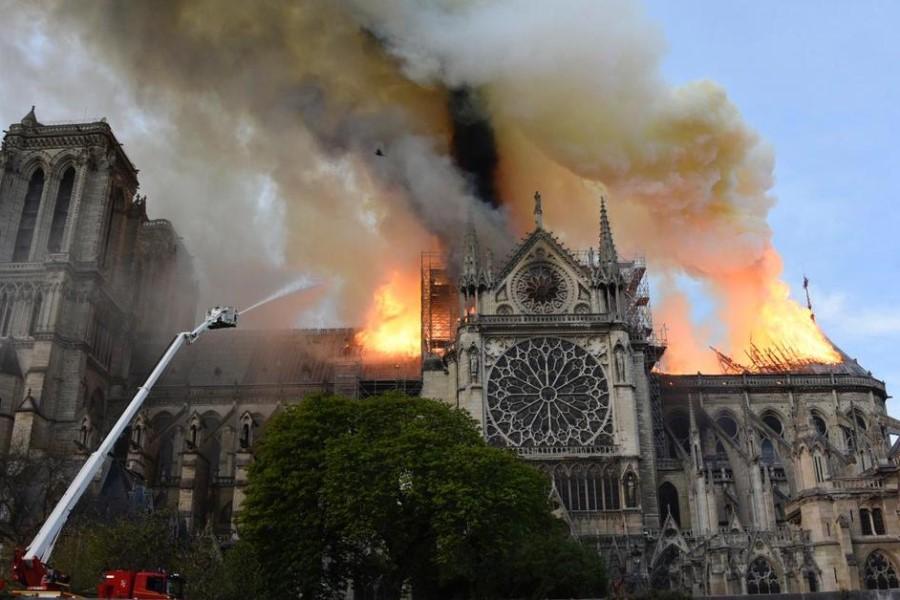 Narava in človek  sta utemeljena v Bogu kot povezovalcu in izvoru vsega, zaradi česar sta svet in družba urejena celota. Podoba te urejenosti je srednjeveška katedrala, kakršna je bila Notre-Dame v Parizu do požara 15. aprila 2019.