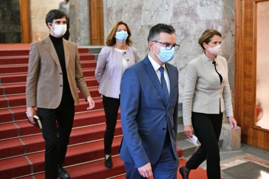 Štiri opozicijske stranke so v Državni zbor RS vložile predlog, da pred Ustavnim sodiščem obtožijo predsednika vlade Janeza Janšo. Vir slike: Primorske novice.