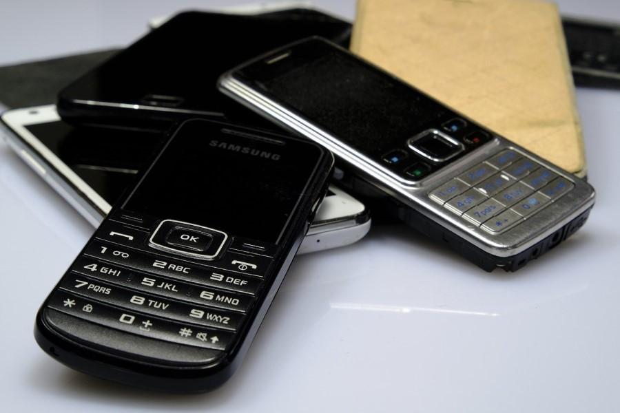 Preprost mobitel za starejše nudi osnovne funkcije.