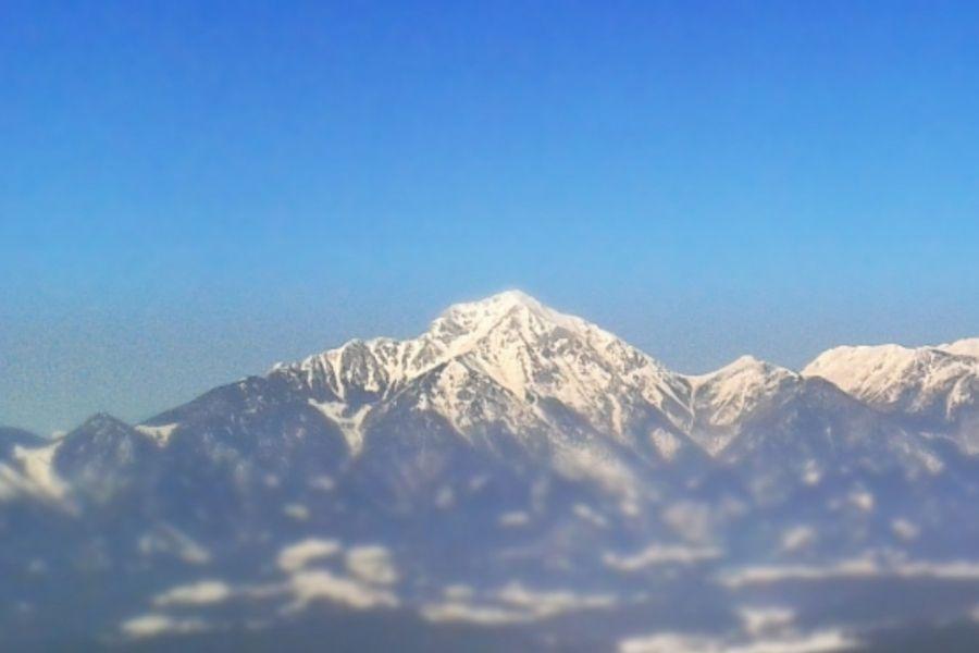 Storžič kraljuje nad okoliškimi hribi. Vir slike: Wikipedia.