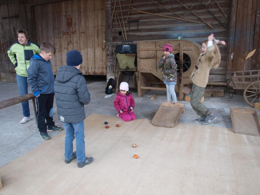 Tudi današnji otroci so navdušeni nad igro kotaljenje pirhov.