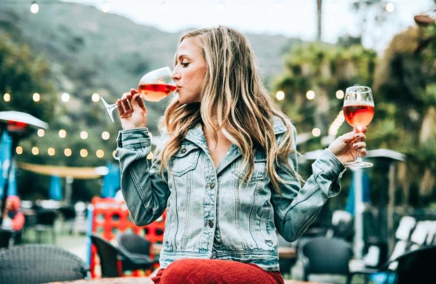 Mnogi starši, ko gredo na zabave, tematske večere na družabnih omrežjih potem objavljajo svoje fotografije s kozarci alkohola v rokah.