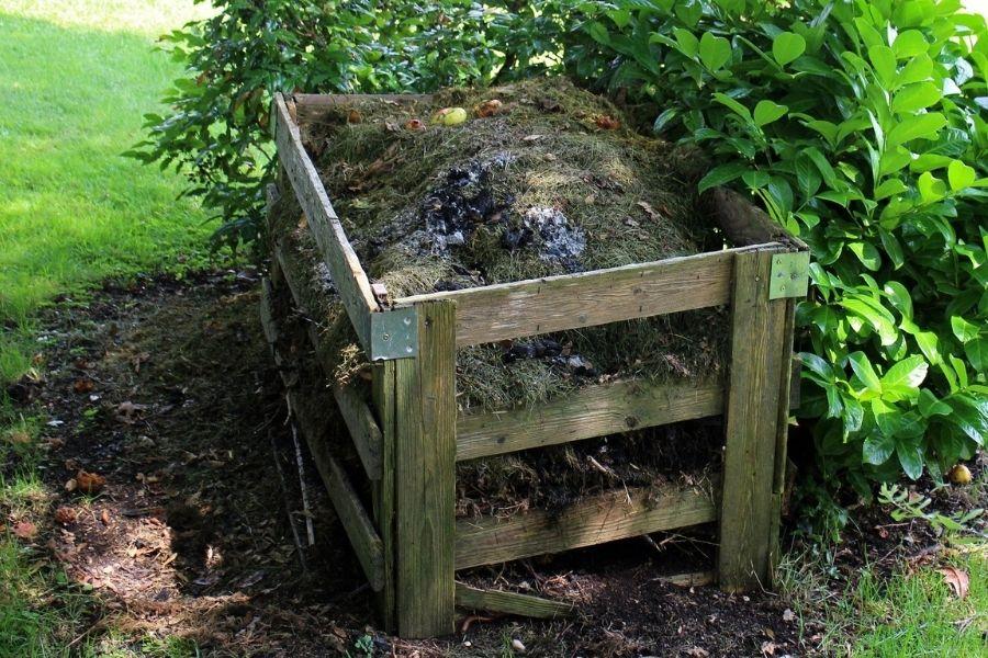 Izrednega pomena pri biodinamičnem kmetovanju in vrtnarjenju je kompostiranje. S tem se krog zaključi in kar je ostalo od rastlin se vrne k naravi. Vir slike: Pixabay.