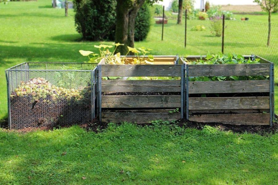 Če biološko razgradljive odpadke kompostiramo sami, dobimo odličen humus, ki ga lahko uporabimo na vrtu ali za sobne rastline. Vir slike: Pixabay.