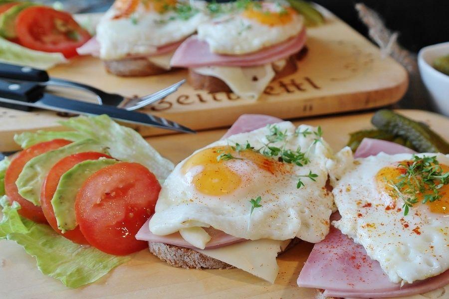 Za krčenje maščobnih celic je pomembna prehrana. Zmanjšajte vnos sladkorjev in ogljikovih hidratov, povečajte vnos beljakovin, jejte veliko zelenjave in čim manj vnaprej pripravljene hrane. Vir slike: Pixabay.