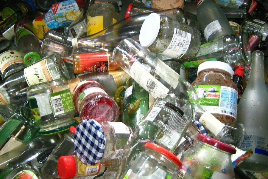 Za izdelavo ene tone stekla je potrebnih 140 litrov nafte, zato metanje steklenic v smeti pomeni veliko zapravljanje energije. Energija, ki jo prihranimo s predelavo ene steklenice, zadošča za to, da 100-vatna žarnica sveti štiri ure. Vir slike: Pixabay.