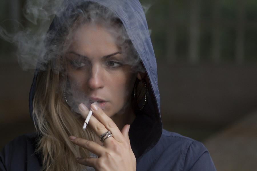 Zaradi tobaka se koža naguba, zaradi česar ste hitreje videti starejši. Kajenje prezgodaj stara kožo, tako da odstrani beljakovine, ki koži dajo elastičnost, jo izčrpajo z vitaminom A in omeji pretok krvi.