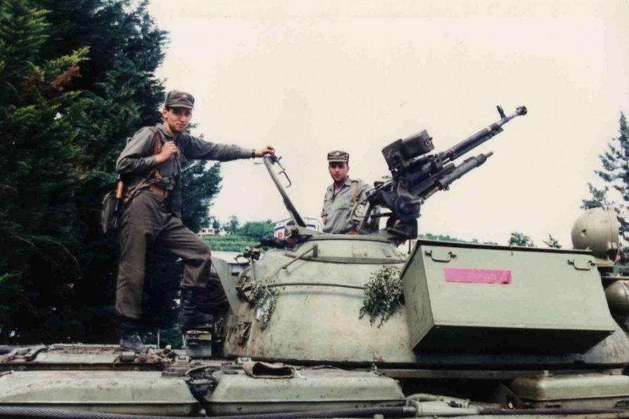 Na fotografiji slovenska teritorialca na osvojenem tanku JLA. Vir: Nova24TV. Foto: Peter Lemut.